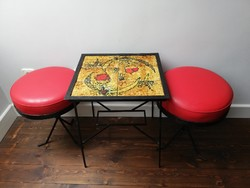 Lukács Zsuzsa kovácsoltvas kerámia lapos asztal + 2db retro puff jelzett 1986 -ban készült asztalka