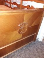Az 1900-as évek elején gyártott eredeti címeres koloniál kanapé sürgősen eladó ár alatt.