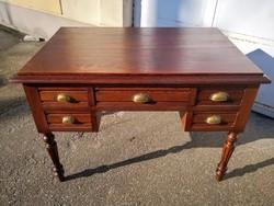 Frissen felújított antik íróasztal.