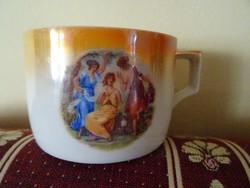 Viktoriánus jelenetet ábrázoló Zsolnay csésze.