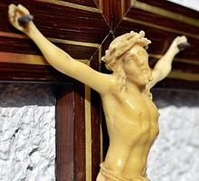 17. Antik, ISMERETLEN ANYAGÚ ELEFÁNTCSONT ? Jézus Krisztus (13cm) 36 cm feszület, kereszt, korpusz