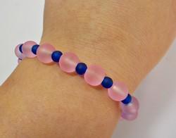 Matt kék és rózsaszín üveg gyöngyökből készült karkötő