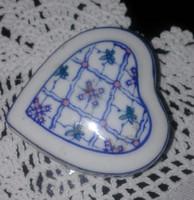 Szív alakú porcelán ékszertartó dobozka