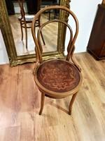Ülő részén, gyönyörű nyomott mintával, jó állapotú thonet szék a múlt század elejéről.