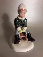 Izsépy Margit szánkózó kisfiú kerámia szobor figura