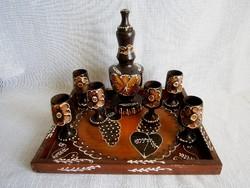 Retro, kézzel faragott, festett, lakkozott fa pálinkás készlet tálcán, 1 flaska és 6 talpas pohár