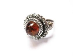 Antik ezüst gyűrű borostyánnal, gyöngyökkel díszítve.