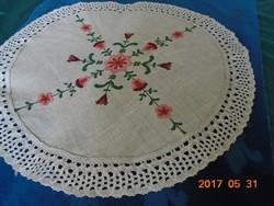 Virágmotívummal hímzett lenvászon csipkés terítő 68 cm
