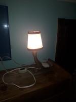 Szaruból készült asztali lámpa