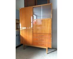 Retro régi magasfényű fiókos vitrines szekrény mid century