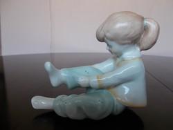 Ritka kék pettyes nadrágos Aquincum porcelán öltözködő kislány