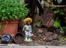 Izsépy stílusú retro kerámia figura - néger fiú batyuval és szalmakalappal