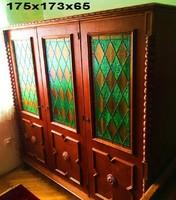 KOLONIÁL tölgyfa 3 ajtós szines rakott üveg betétes szekrény