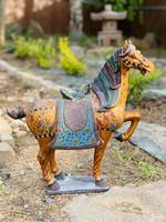 Cirádás, aranyozott festésű Tang stílusú kerámia ló szobor