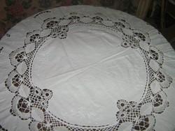 Meseszép kézzel horgolt szélű, és betétes fehér rózsákkal hímzett ovális terítő különlegesség