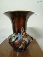 Komlós kerámia  váza. Kézzel festve barna színű máz. Virág díszek.