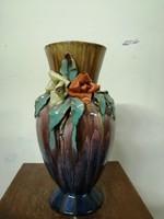 Komlós kerámia  váza. Kézzel festve szivárvány színű máz. Virág díszek.