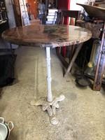 Öntöttvas asztal márványlappal