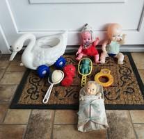 8 db-os Játék babák, baba, csörgő, csörgő, gurulós hattyú, pólyás baba, . Egyben eladó