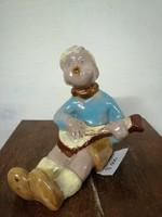 Komlósi kerámia kis fiú a gitárral kézeben. Kézzel festve színes  máz. L-22
