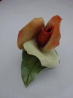Aquincum porcelán figurális szobor, kézi festésű rózsa. Hossza 5,5 cm.