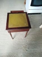 Antik empire bőrkárpitozású 36x36cm es 46cm magas asztalka