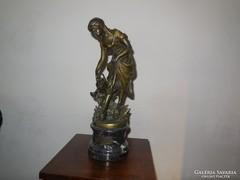 Virágot öntöző lány bronzszobor