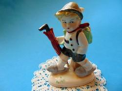 Német porcelán fiú esernyővel, hátizsákkal jelzett