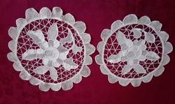 2 db világos drapp varrt csipke terítő