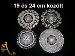 4 db kézzel horgolt csipke terítő 19 és 24 cm átmérő