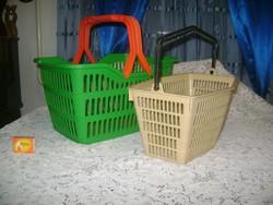 Két darab műanyag bevásárló vagy tároló kosár