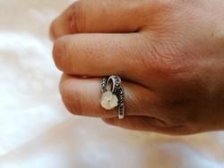 Antik markazitokkal kirakott ezüst gyűrű, amely kézzel faragott, kézműves kagyló virággal diszített