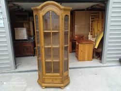 Eladó egy tölgy vitrines tálaló szekrény. Bútor szép állapotú, semmi baja nincsen.