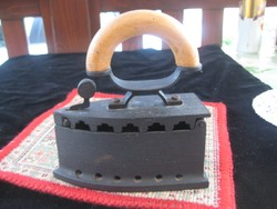 Vasaló  , öntött vasból , bükkfa fogóval , használva még nem volt , 14 x 15 cm