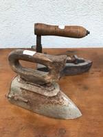 Két kovácsoltvas szenes vasaló P150 P151