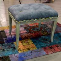 Antik zongoraszék loft stílusú egyedi dizájnnal, kézi festésű vászonnal, bőr gombokkal behúzva.