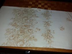 Finom békebeli hófehér pamutvászon tejeskávé színű rózsákkal asztalterítő