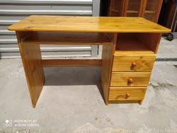 Eladó egy jó minőségű 3 fiókos, 1 kihúzható polcos fenyő íróasztal. Bútor szép állapotú. Méretei: 11
