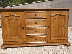 Eladó egy 4 fiókos tölgy  komód Bútor jó állapotú. Méretei : 137 cm x 44 cm x 77 cm magas.