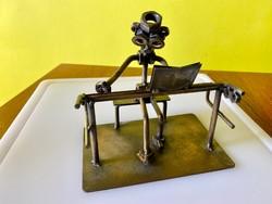Steampunk fém szobrocska zongorázó robot