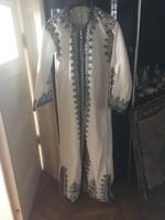 Gazdagon hímzett arab köntös