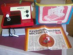 Gyermek, varrógép, pedállal hajtott, varró és hímző programmal, elemmel működik és jól varr