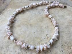 Bézs színű kagyló gyöngysor virág díszítéssel