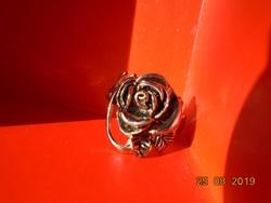 Látványos Antikolt ezüstözött fém gyűrű plasztikus rózsával