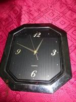 Quartz fali óra, fekete számlappal, arany betűkkel.