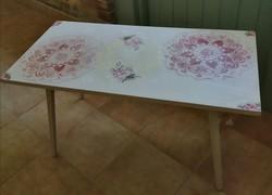Vintage stílusban felújított dohányzó asztal.