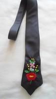 Nyakkendő kalocsai hímzéssel
