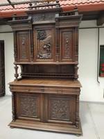Antik ónémet tálaló bútor nagy dúsan faragott konyhai vadászat vadász vaddisznó jelenet szekrény