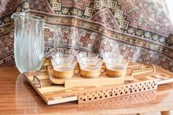 Midcentury modern design kávézó szett, 6 személyes retro kávéscsésze szett fa tálcán