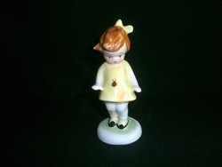 Bodrogkeresztúri kerámia katicás kislány sárga ruhában, sötét barna hajjal